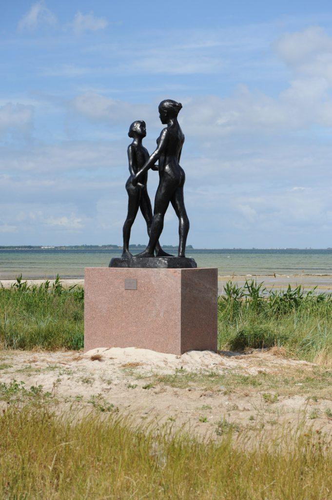 """Två Systrar, 1973<br>Bronsupplaga, nr. 1/8<br>Förlorat vax gjutning, Fonderie de Coubertin<br>Signerad """"Gudmar""""<br>H. 260 cm"""
