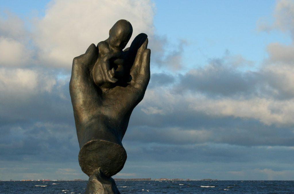 """Prelude / Inledning till Liv, 1990<br>Bronsupplaga, nr. 2/8<br>Sandformsgjutning, Pettersson Konstgjuteri<br>Signerad """"Gudmar""""<br>H. 340 cm"""