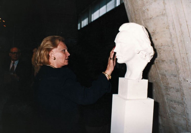 Marianne Bernadotte with her portrait (plaster) at Gudmar's exhibition celebrating Unesco's 50th birthday, Paris (2015)
