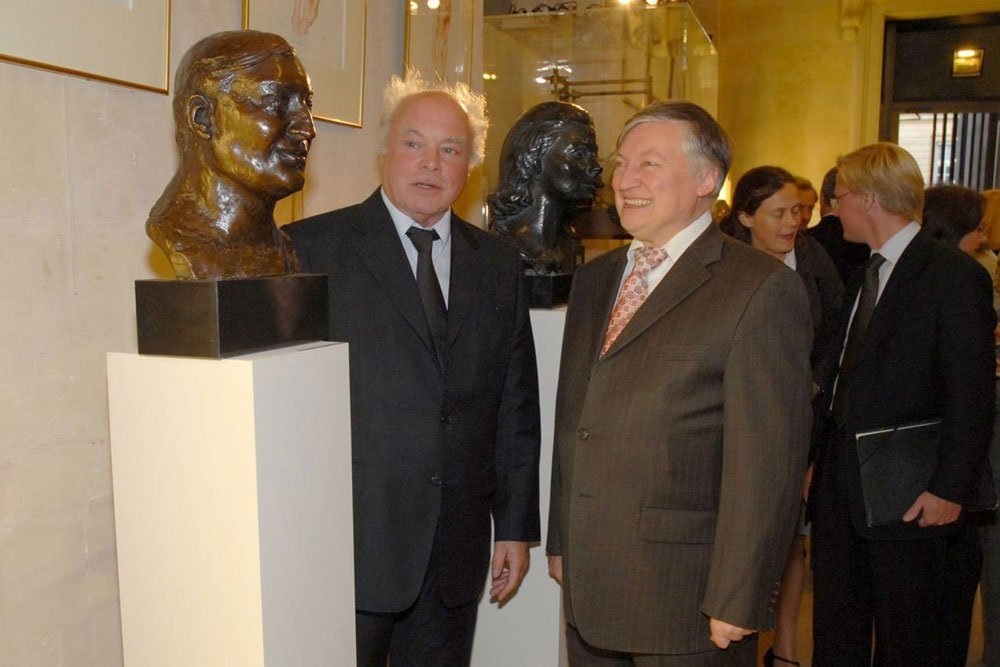 Anatoly Karpov and his portrait (La Monnaie - Paris, 2008)